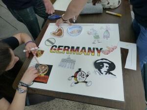 Tipp für das ISEF-Team-Germany 2015: Nehmt euch fertige Bildchen und Klebefolie für das Shout-out-Plakat mit!