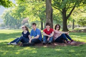 Feli, Lukas, Lukas und Antonia genießen die Freizeit im Park