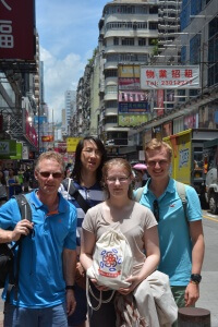 (v.l.n.r.) Dr. Martin Holfeld (Betreuer), Duo Andreas Qiu (19), Michelle Naass (16), Kay Andreas Rübenstahl (19) in der Innenstadt