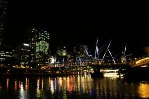 Der CBD von Brisbane bei Nacht. Im Vordergrund ist eine der spektakulären Brücken.