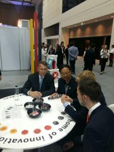Der Deutsche Botschafter, Thailands Wissenschaftsminister mit Josua und Christoph (v.l.n.r.) auf dem deutschen Stand