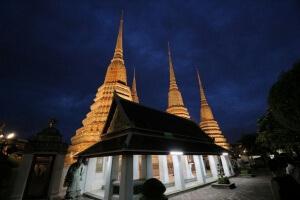Die Tempelanlage Wat Pho bei Dunkelheit