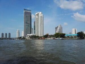 Blick auf Bangkok aus dem Wassertaxi.