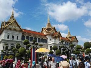 Menschenmassen vor dem Grand Palace.