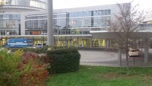 Außenansicht des Eingangs West zur iENA von der U-Bahnstation 'Messe'