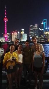 Gruppenfoto vor der Skyline