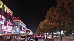 belebte Hauptstraße unseres Stadtviertels