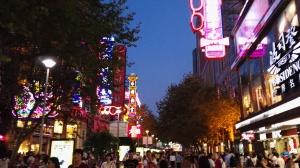 Menschenmassen und bunte Lichter in Shanghai Downtown