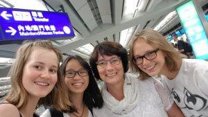 Heil angekommen nach über 11 h Flug: Johanna, Phi Nhung, Frau Tonndorf und Anja (v.l.).
