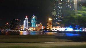 bunt illuminierte Gebäude Macaos